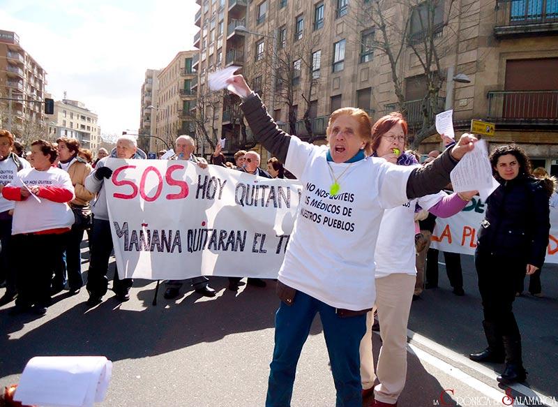 concentración contra los recortes en Sanidad, vecinos de Brincones (provincia de Salamanca) en la capital