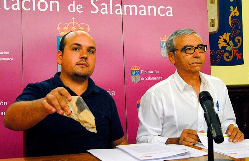 alcalde de Rollán, Leonardo Bernal, junto a Francisco Martín del Molino mostrando un trozo de cal