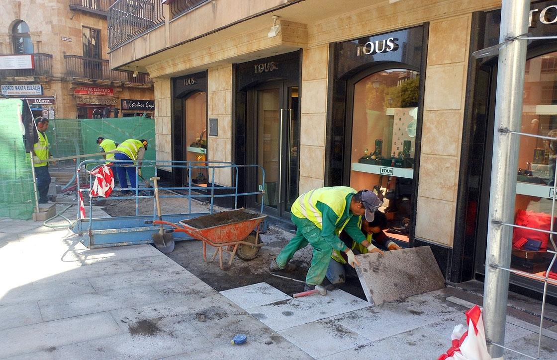 Los obreros trabajan en la plaza de Santa Eulalia.