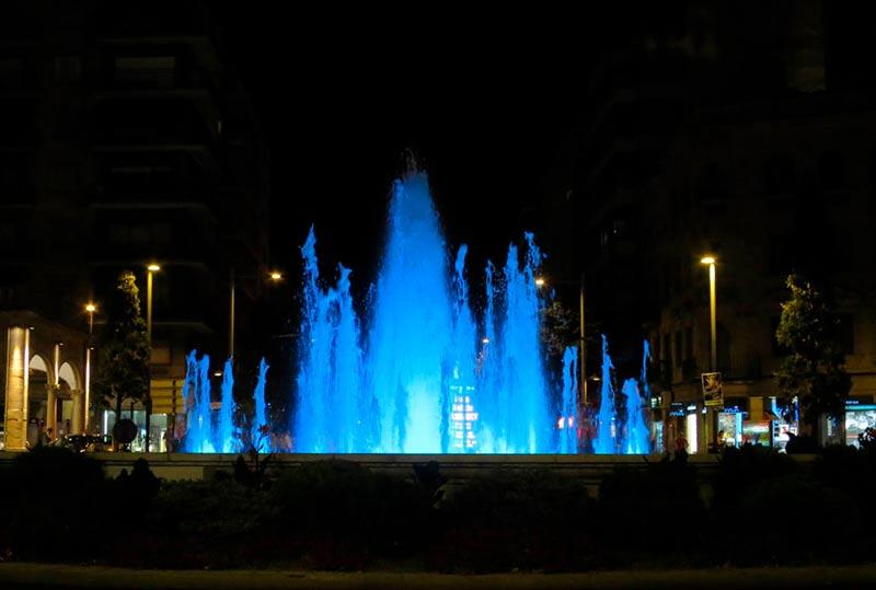 La fuente de la puerta zamora se ilumina de azul la for Puerta zamora salamanca