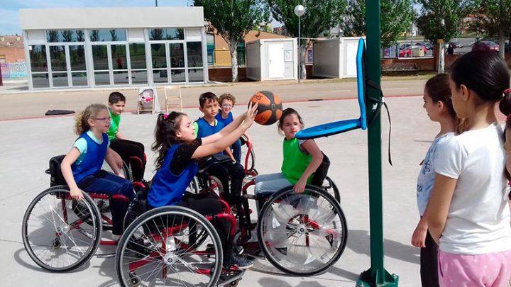 Los ni os de carbajosa aprenden a jugar al baloncesto en silla de ruedas la cr nica de salamanca - Silla de ruedas ninos ...