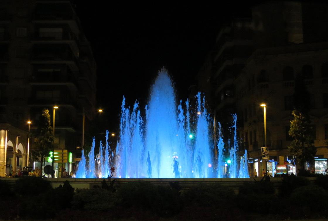 La fuente de la puerta zamora se ilumina de azul por el for Puerta zamora salamanca