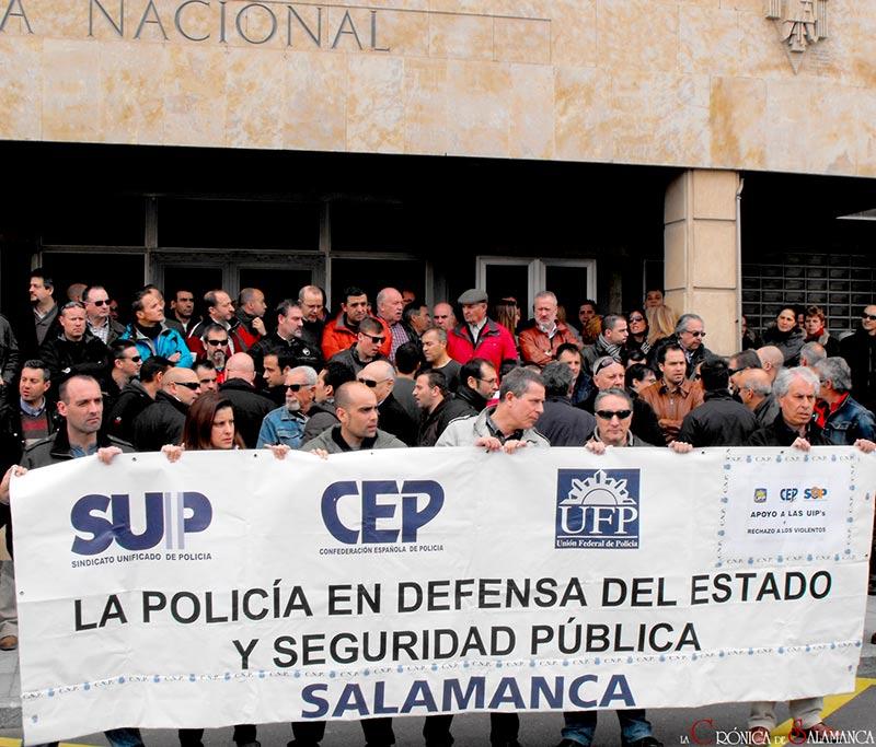 Concentración de sindicatos policiales, a las puertas de la Comisaría de la calle Jardines.