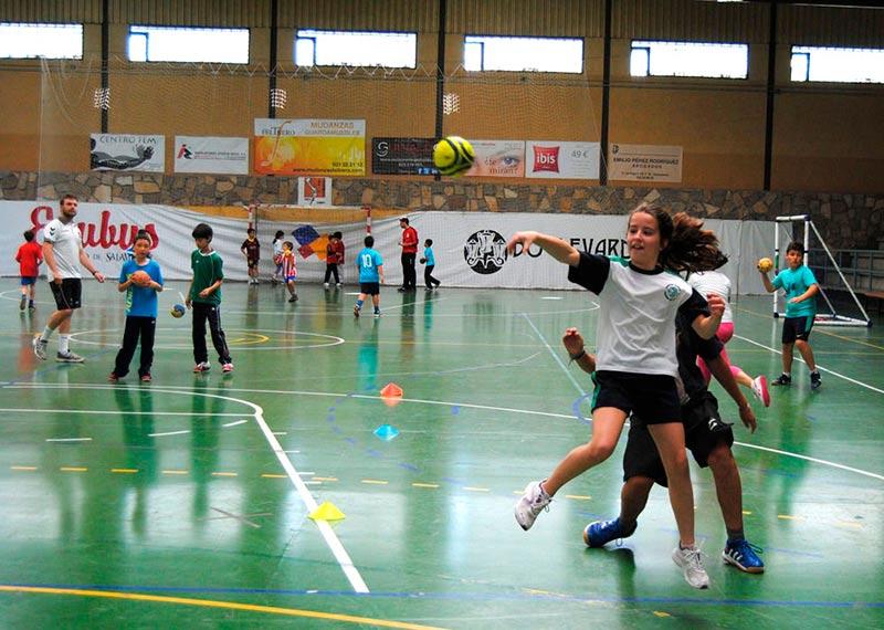 Niños y niñas disfrutan del campus de balonmano.