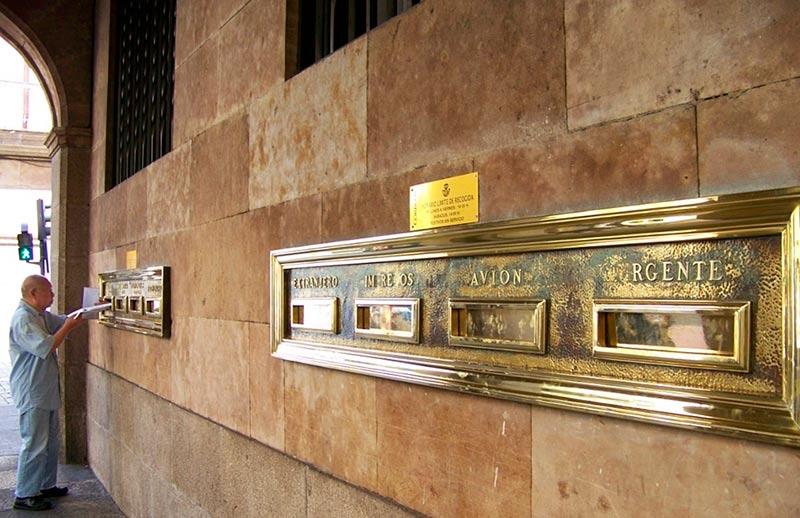 Buzones en la sede central de Correos en Salamanca.