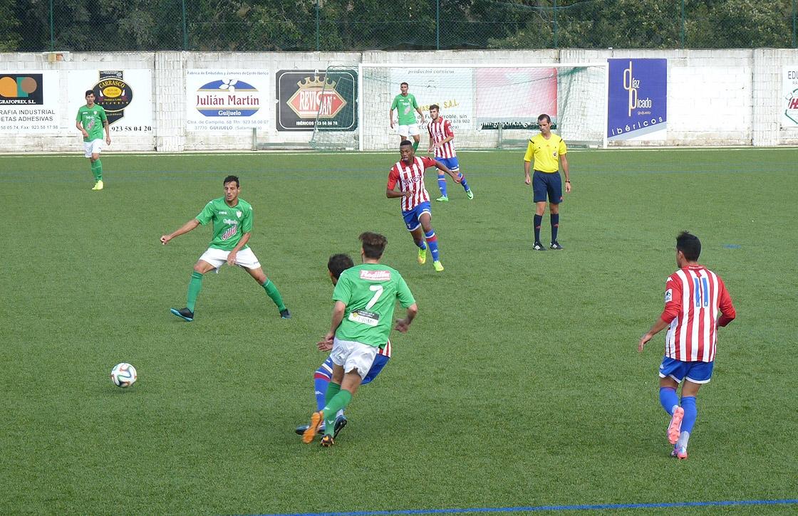 Un lance del partido entre el Guijuelo y el Sporting B.
