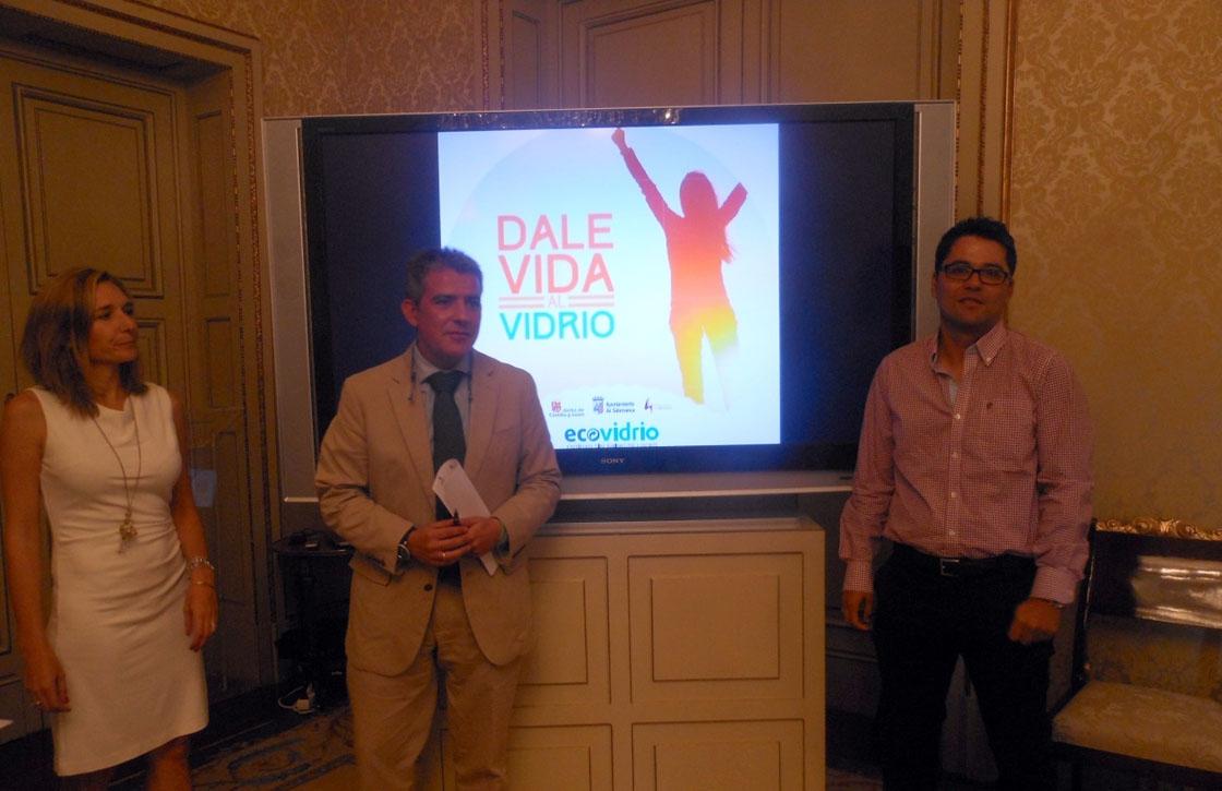 Cristina Ruiz, Emilio Arroita y José Carlos Agustina en la presentación de la campaña.