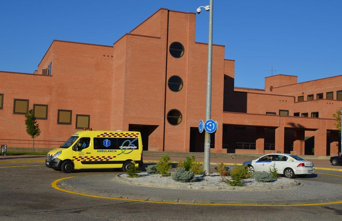 Las ambulancias no caben en el carril que les han dejado en la rotonda.
