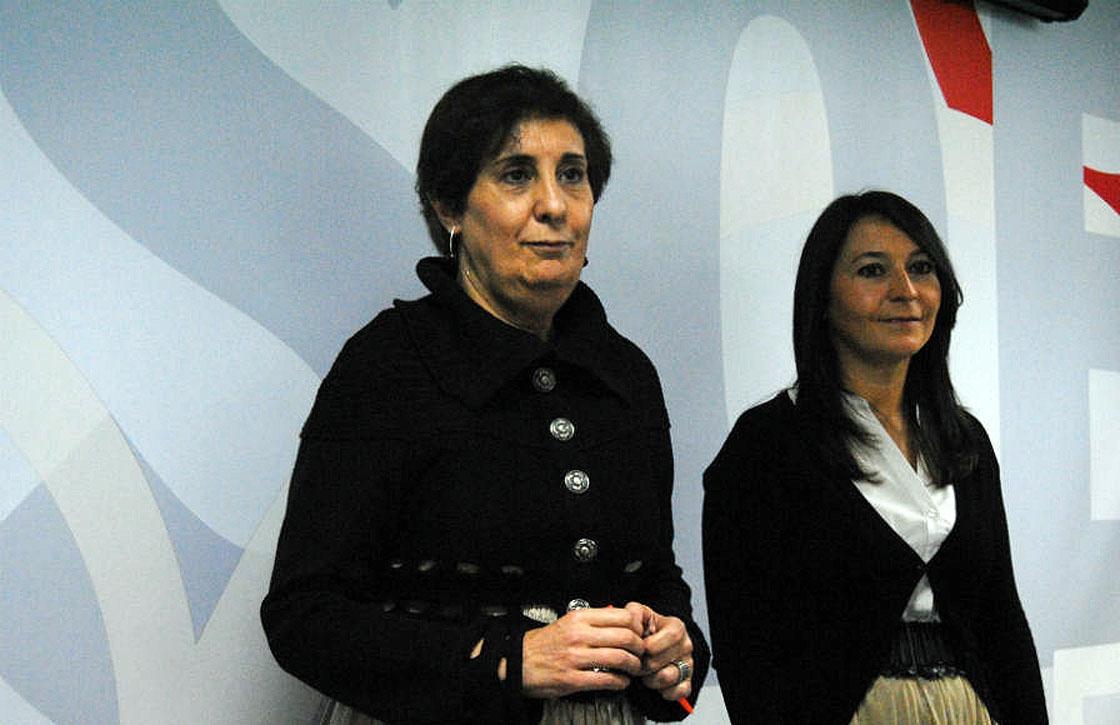 Elvira Vicente (izquierda) y Rosario Gómez del Pulgar ante los medios