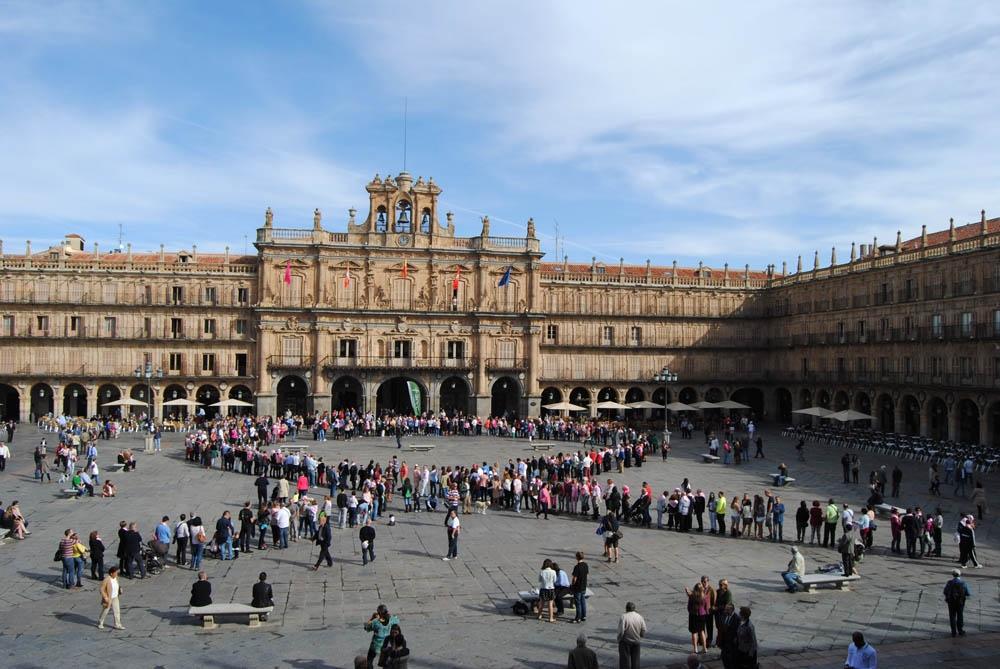 La Plaza Mayor se coronó con un gran lazo humano para recordar que hoy es el Día del Cáncer de Mama.