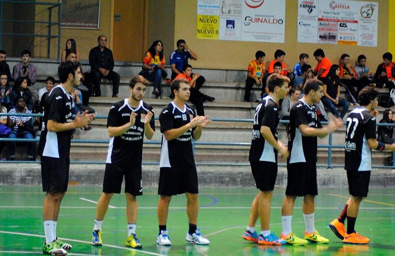 Los jugadores del BM Ciudad de Salamanca, antes de empezar el partido.