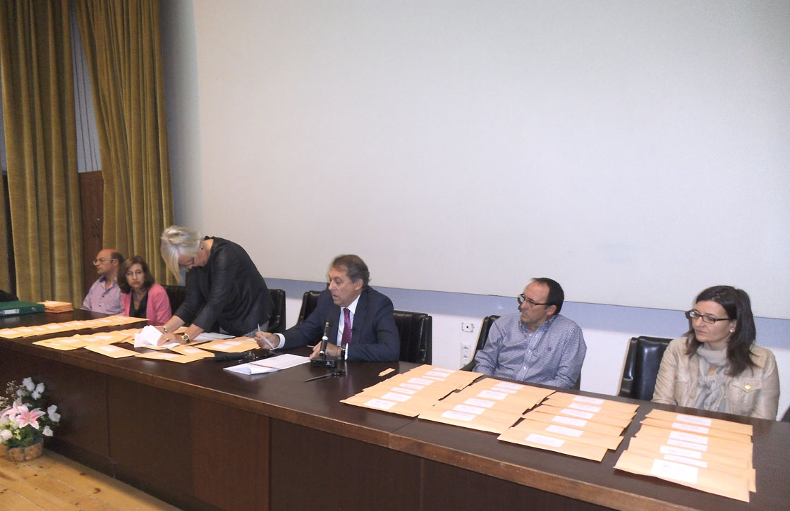 El tribunal de las oposiciones lee los que han aprobado.