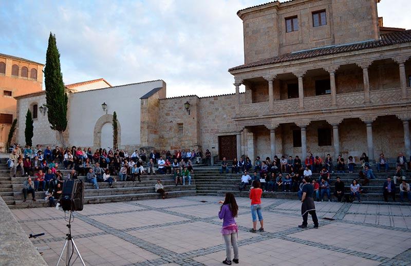 Una asamblea de Ganemos en la plaza de San Román.