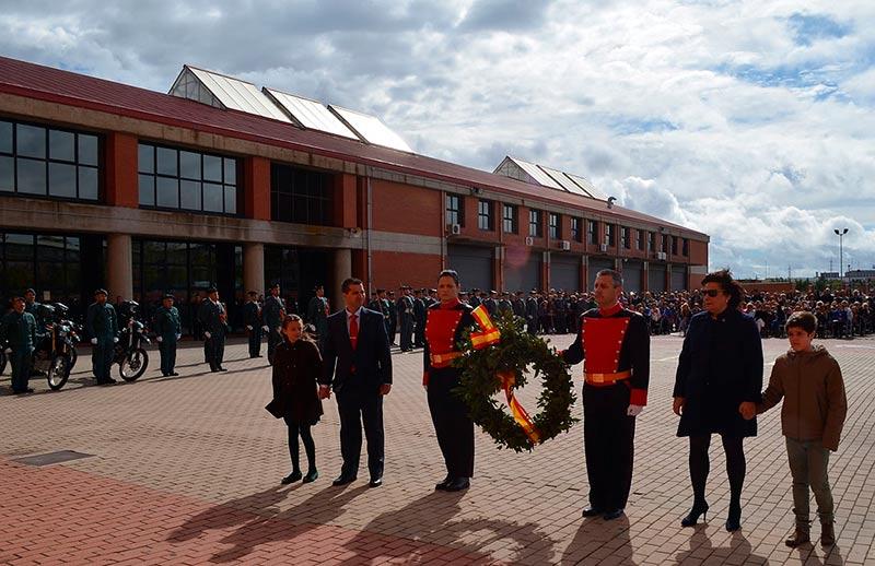 Familiares de guardias civiles protagonizaron el homenaje a los caídos.