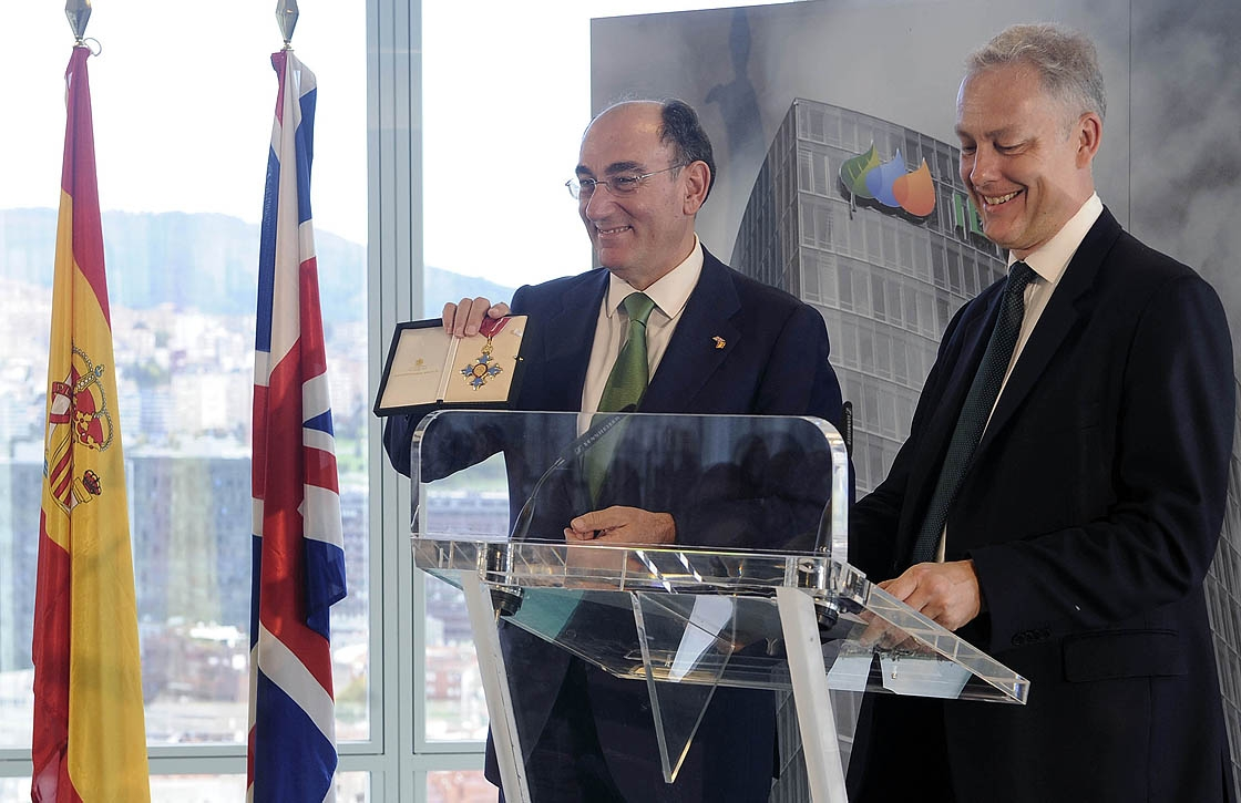 Ignacio Galán muestra la condecoración que le entregó el embajador de Reino Unido en España.