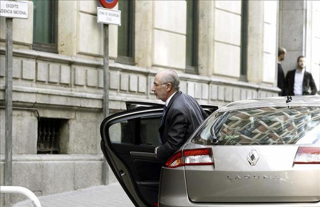 Rodrigo Rato sale del coche para entrar en la Audiencia Nacional.
