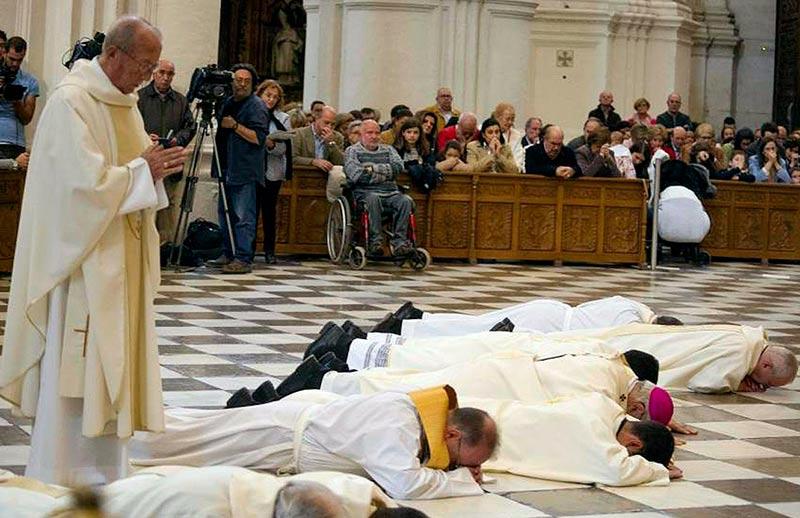 El arzobispo de Granada, con solideo púrpura, tumbado en el suelo para pedir perdón por los abusos de la iglesia.