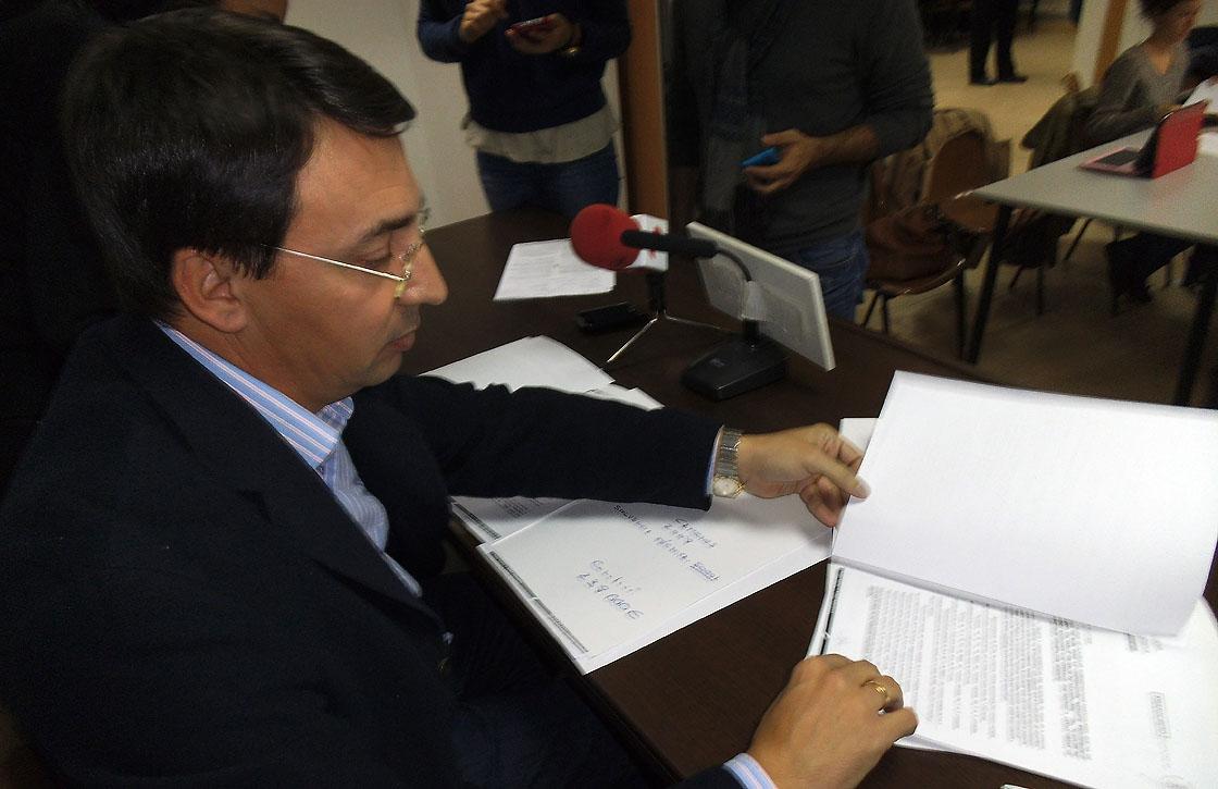 Fernando Pablos muestra los documentos de las adjudicaciones. diputación