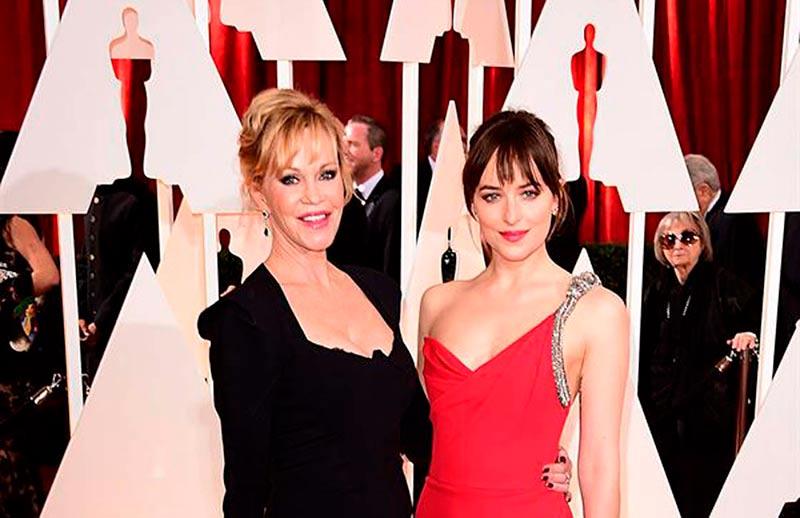 Melanie Griffith y su hija Dakota Johnson en la gala de los Oscar.