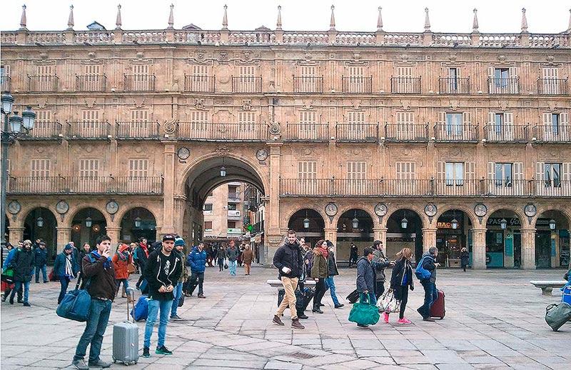 uristas extranjeros en la plaza