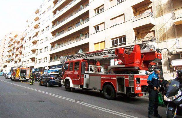 Bomberos y policías en la avenida de Portugal.