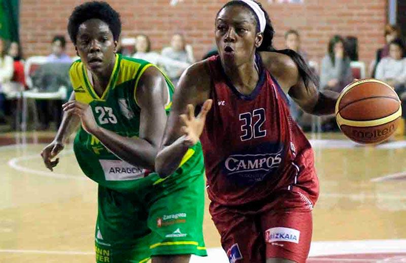 Bernice Mosby conduce el balón en un partido de liga con su anterior equipo, el Gernika.