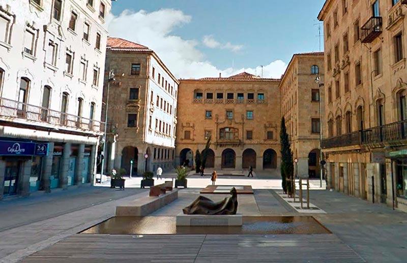 Una escultra de Antonio Casillas en la plaza de la Constitución.
