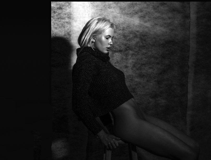 Ireland Baldwin Basinger regala a sus seguidores una sesión de fotos de alto voltaje, similar al protagonizado por su madre, Kim Basinger, en 'Nueve semanas y media'.