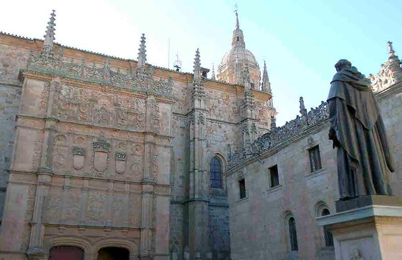 El edificio histórico de la Universidad.