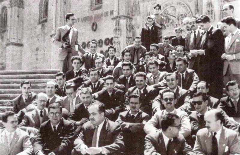 Carlos Saura fotografíó así en las escaleras del atrio de la catedral a parte de los participantes en las Conversaciones.