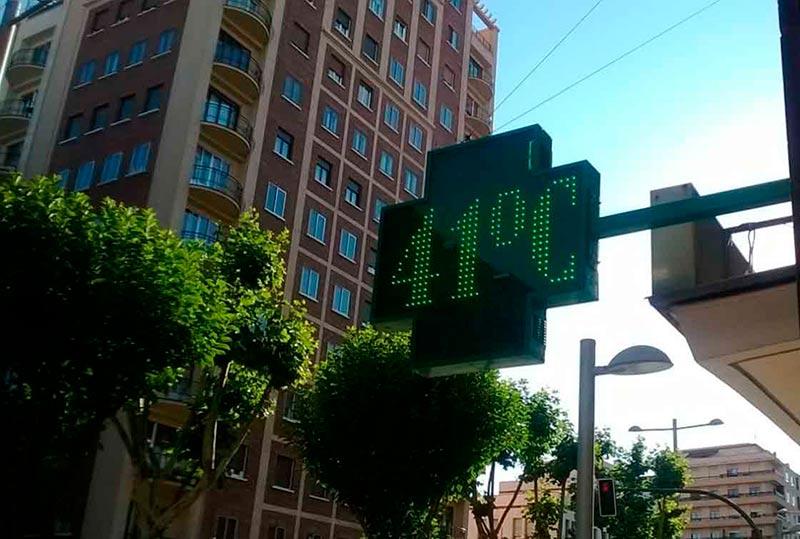 Los termómetros superaron los 40 grados en algunos momentos del día, com o este de la Avenida de Portugal.