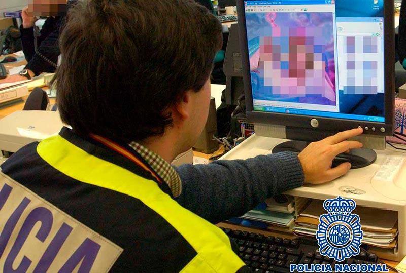 """Un policía realiza labores de """"ciberpatrullaje"""" en Internet."""