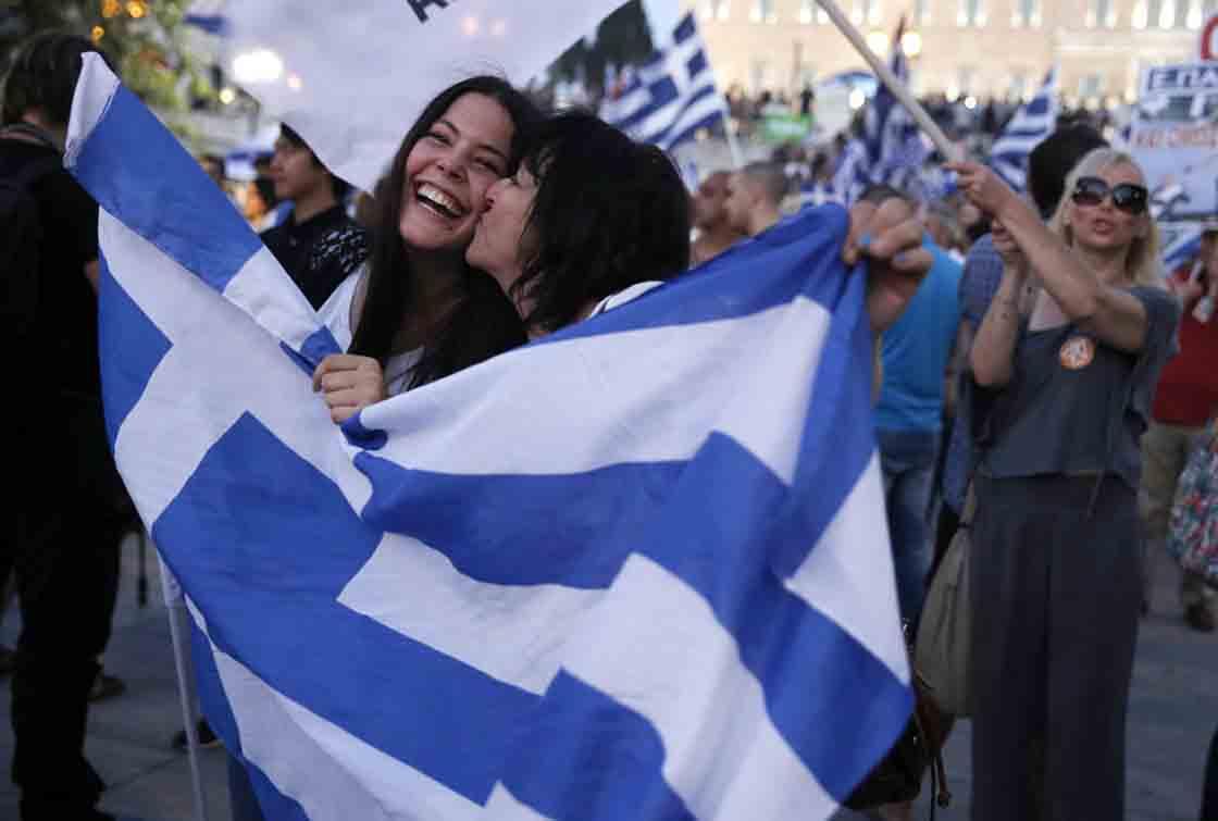 Dos griegas partidarias del 'no' a las condiciones del austericidio celebran el resultado.