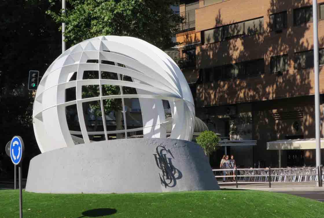 La escultura de la rotonda dedicada a la UDS.