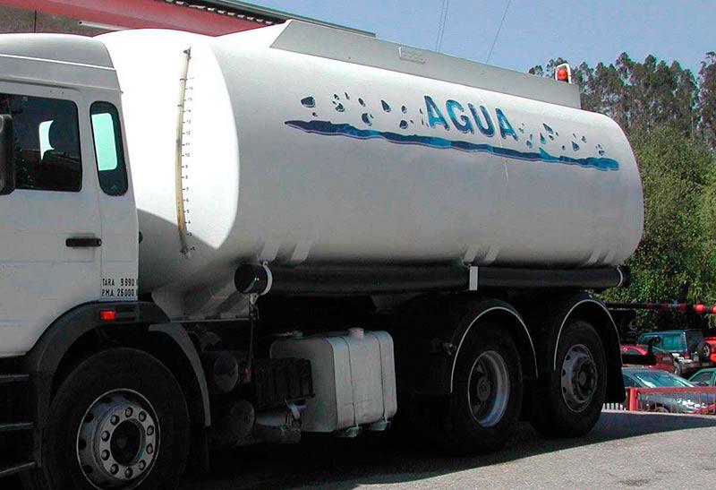 Un camión cisterna que abastece de agua potable a los pueblos que lo necesitan.