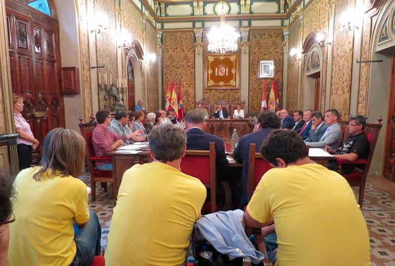 Los tres trabajadores despedidos y al fondo, el presidente de la Diputación. (Foto: Archivo)