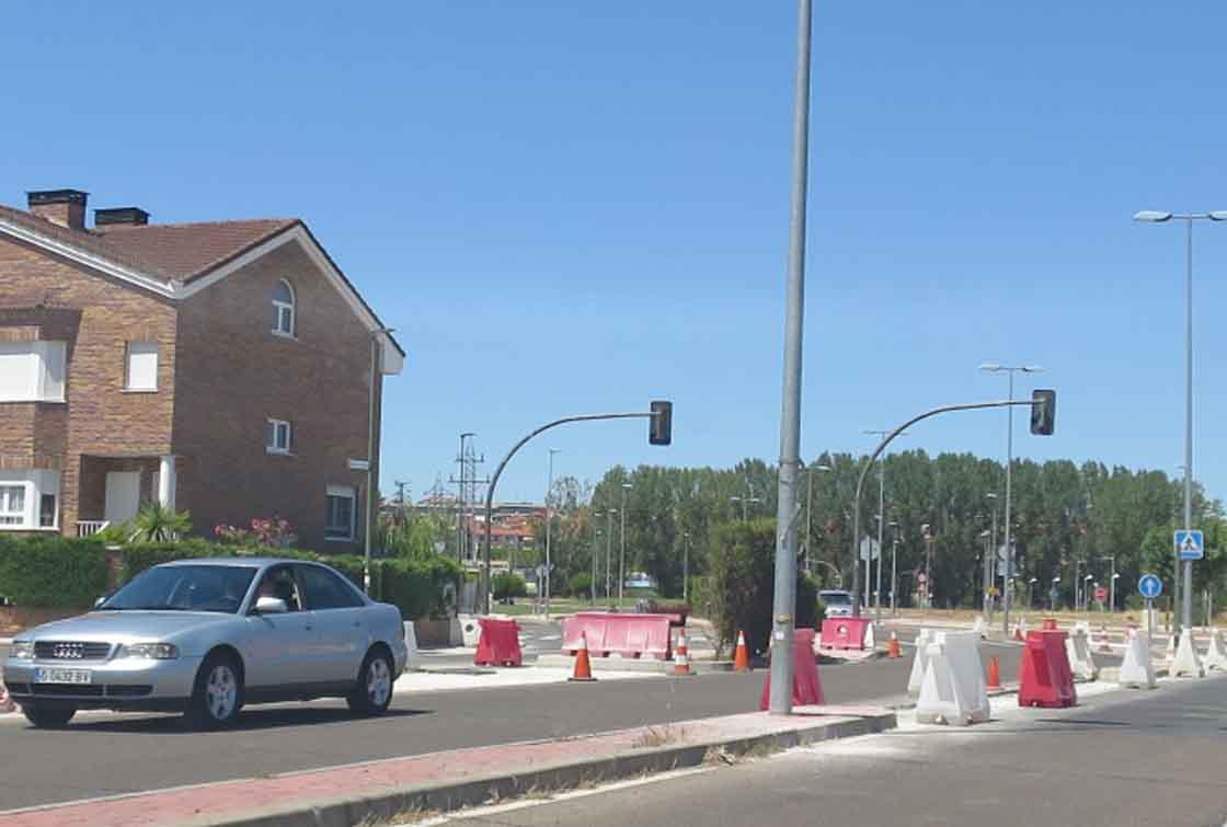 Un coche circula este por la avenida de la Serna en obras.