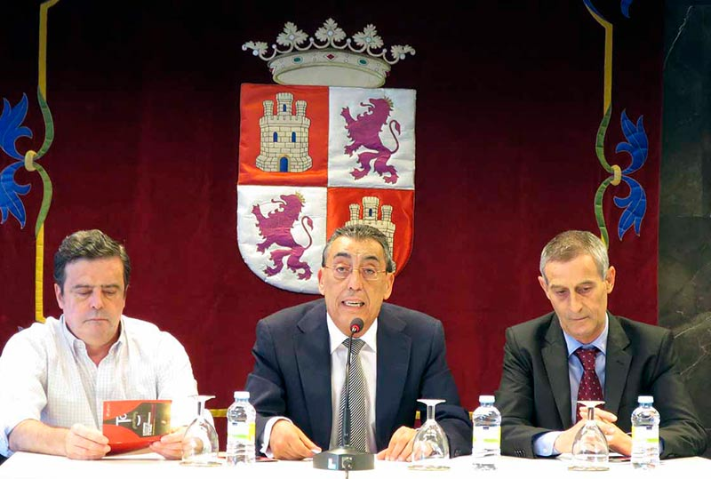 Bienvenido Mena, entre Jesús Blázquez (a la derecha en la foto) y Adolfo Domíngez, jefe de Cultura.