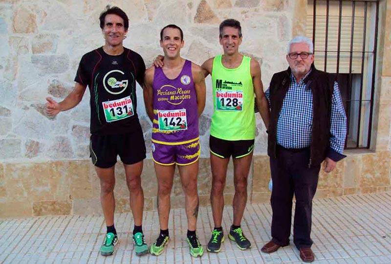 El alcalde de la localidad, José Lucas, con los ganadores.