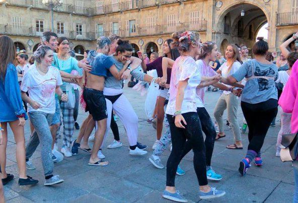 La novatadas universitarias se 'adueñaron' de la Plaza Mayor durante cinco minutos.