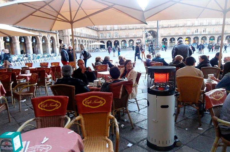 Una de las estufas colocadas en una de las terrazas de la Plaza Mayor.