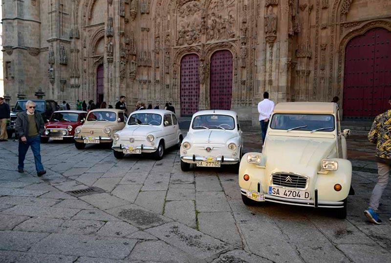 Varios coches estacionados ante la puerta de la Catedral. (Foto: Noelia Rivas)