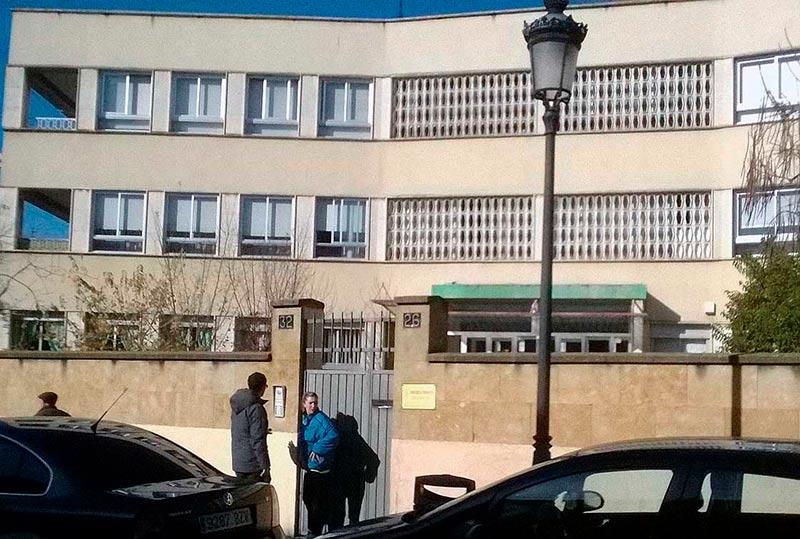 Unos padres acuden a recoger a sus hijos a la guardería de la Diputación.