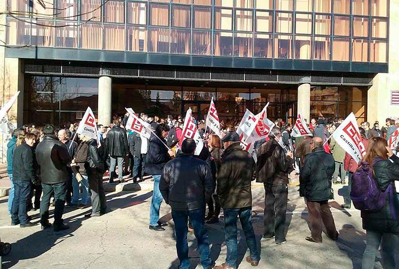La protesta ante el edificio FES.