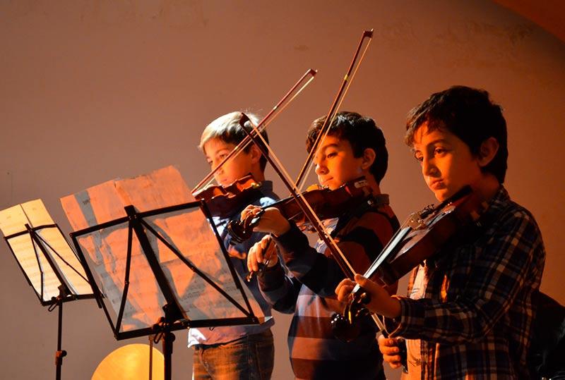 Tres alumnos durante su interpretación.