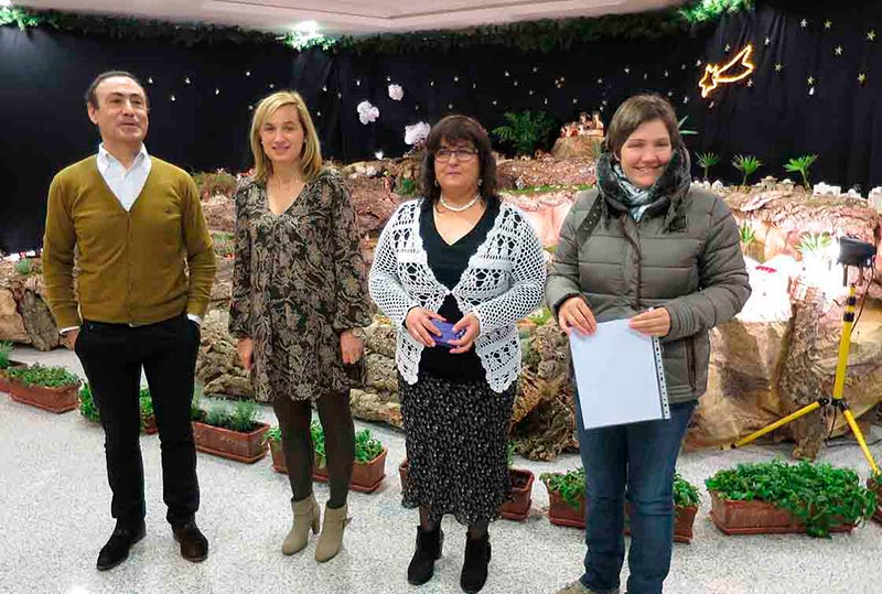El alcalde, Pedro Samuel Martín, junto a la concejala de Cultura, Teresa Sánchez, y dos técnicos municipales.
