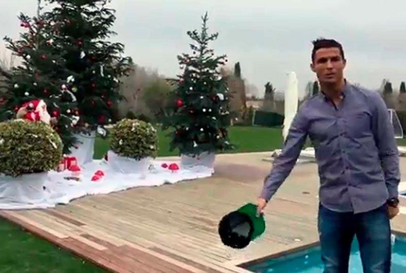 Ronaldo, en el jardín de su lujosa mansión madrileña.