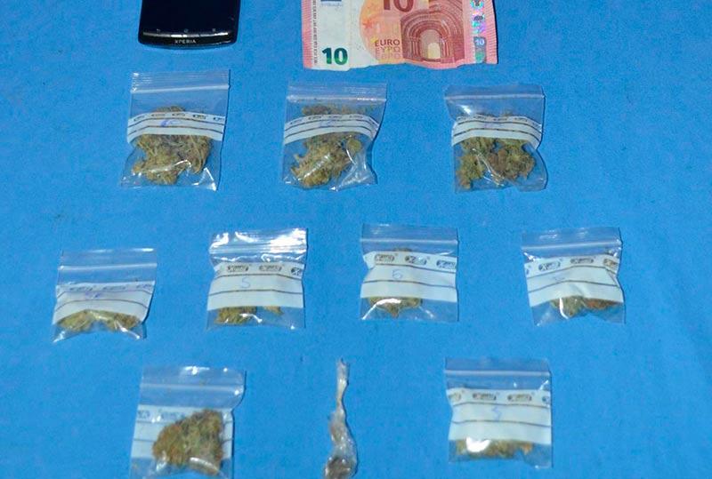 La droga y el dinero intervenidos en la operación.