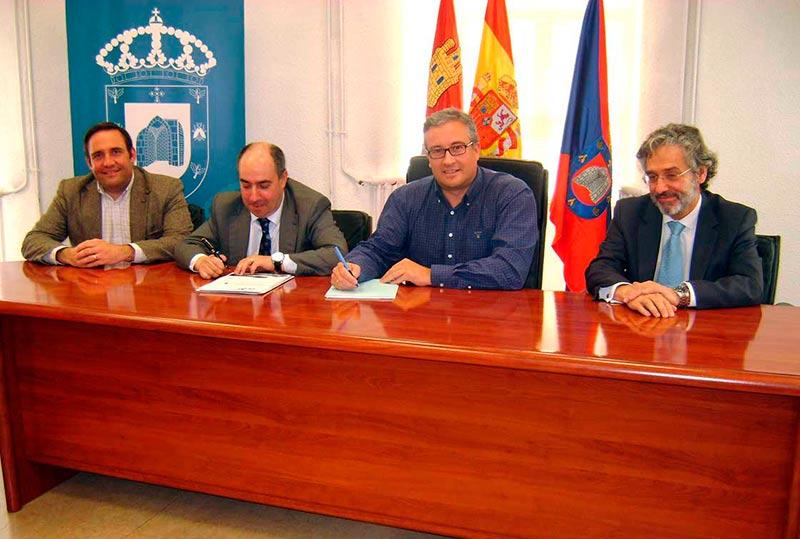 Un momento de la firma del convenio entre Aqualia y el Ayuntamiento.