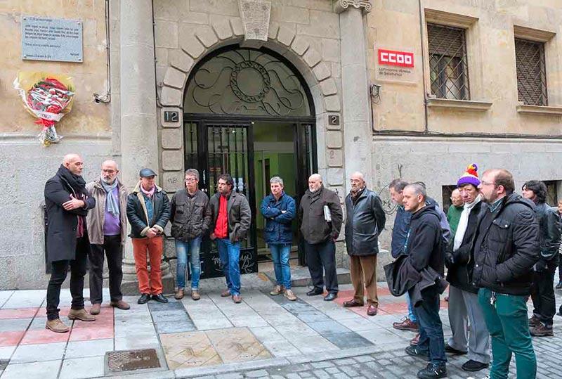 El homanje ante la sede de CCOO, con Emilio Pérez y Alejandro Ruiz, a la izquierda, en 2016.